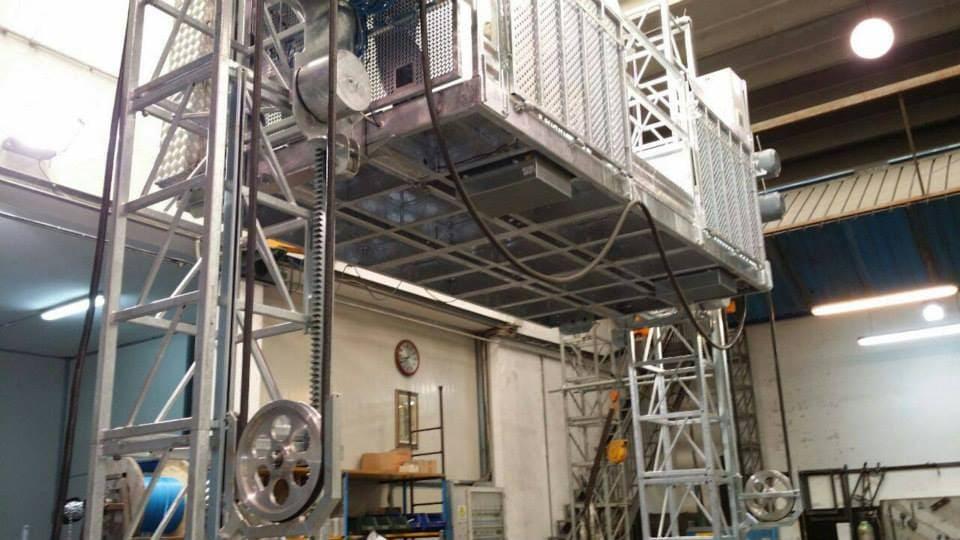 ascensore da cantiere con doppia colonna e piattaforma di carico